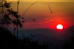 Puesta del sol en fondo Imagenes de archivo