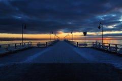 Puesta del sol en Gdynia/Polonia, Molo en Orlowo imagen de archivo