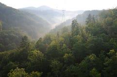 Puesta del sol en grandes montañas ahumadas foto de archivo libre de regalías