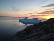 Puesta del sol en Groenlandia ártica Imagenes de archivo