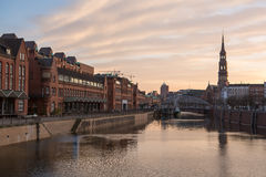 Puesta del sol en Hamburgo, ciudad alemana. Distrito de Speicherstadt imagen de archivo