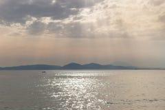 puesta del sol en hermosa vista hermosa del paisaje marino del mar de las nubes del cielo de los rayos del mar fotos de archivo libres de regalías
