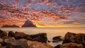 Puesta del sol en Ibiza al lado de la isla de Es Vedra Foto de archivo
