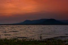 Puesta del sol en Kampot, costa de mar con las montañas en el fondo Fotografía de archivo