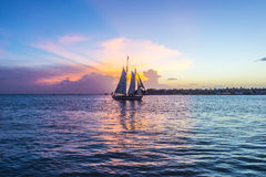 Puesta del sol en Key West con el barco de navegación Foto de archivo libre de regalías