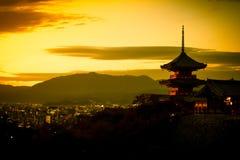 Puesta del sol en Kiyomizu-Dera, Kyoto Japón imagenes de archivo