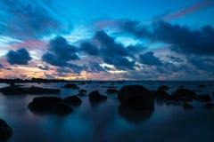 Puesta del sol en Koh Lanta con las piedras en el mar y las islas en el horizonte, Koh Lanta, Tailandia, Asia de Phi Phi Imágenes de archivo libres de regalías