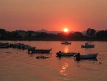 Puesta del sol en la aldea de Kerkira Foto de archivo