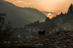 Puesta del sol en la aldea rural vieja Foto de archivo libre de regalías