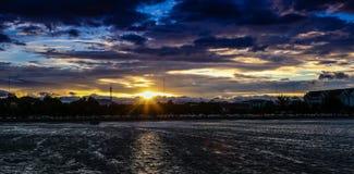 Puesta del sol en la bahía de la ciudad de Prachuap Imagenes de archivo