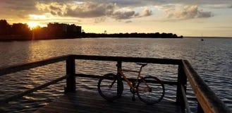 Puesta del sol en la bahía de Nueva York foto de archivo libre de regalías