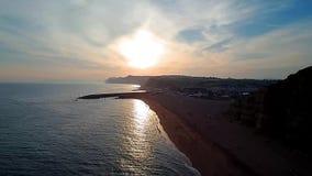 Puesta del sol en la bahía del oeste Dorset almacen de video