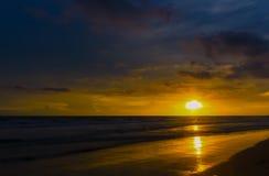 puesta del sol en la belleza del mar de la naturaleza Imagen de archivo libre de regalías
