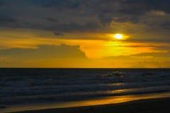 puesta del sol en la belleza del mar de la naturaleza Fotos de archivo libres de regalías