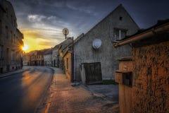 Puesta del sol en la calle de Teupitz, Alemania Imágenes de archivo libres de regalías
