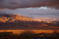 Puesta del sol en la cara de la montaña Imagen de archivo libre de regalías