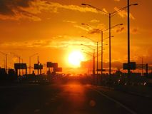 Puesta del sol en la carretera de la ciudad americana fotografía de archivo libre de regalías