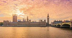 Puesta del sol en la casa del parlamento, Inglaterra almacen de metraje de vídeo
