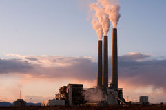 Puesta del sol en la central eléctrica de carbón Fotografía de archivo