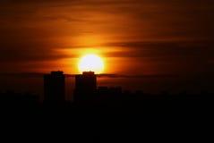 Puesta del sol en la ciudad Foto de archivo libre de regalías