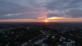 Puesta del sol en la ciudad Cantidad del abej?n metrajes