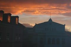 Puesta del sol en la ciudad Cielo rosado munich Vista al theatr foto de archivo