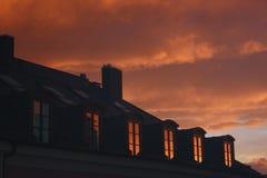 Puesta del sol en la ciudad Cielo rosado munich Vista al theatr fotos de archivo