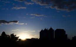 Puesta del sol en la ciudad con la silueta del edificio Fotos de archivo libres de regalías