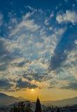 Puesta del sol en la ciudad de Alushta en el fondo Imágenes de archivo libres de regalías
