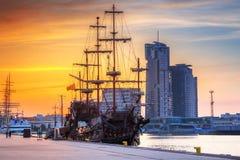 Puesta del sol en la ciudad de Gdynia en el mar Báltico Foto de archivo libre de regalías
