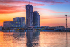 Puesta del sol en la ciudad de Gdynia en el mar Báltico Fotos de archivo libres de regalías