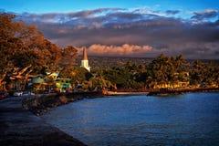 Puesta del sol en la ciudad de Kailua, costa de Kona, isla grande de Hawaii, los E.E.U.U. Imagen de archivo
