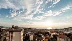Puesta del sol en la ciudad de Trieste fotos de archivo