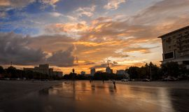 Puesta del sol en la ciudad después de la lluvia imágenes de archivo libres de regalías