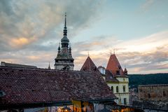 Puesta del sol en la ciudad medieval SighiÈ™oara de un restaurante foto de archivo libre de regalías