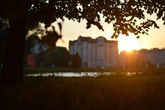 Puesta del sol en la ciudad por el lago fotos de archivo