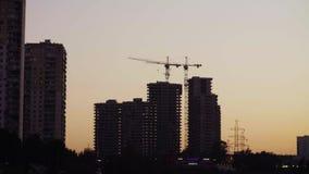 Puesta del sol en la ciudad Vew del emplazamiento de la obra almacen de video