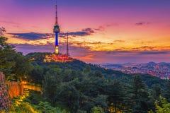 Puesta del sol en la ciudad y la torre de Namsan, Corea del Sur de Seul Foto de archivo libre de regalías