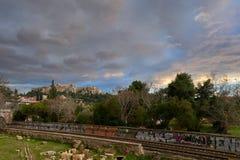 Puesta del sol en la colina de la acrópolis, visión del invierno desde Monastiraki Imagen de archivo libre de regalías