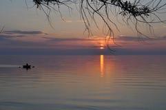 Puesta del sol en la costa de la Crimea Foto de archivo libre de regalías