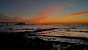 Puesta del sol en la costa de mar Báltico almacen de metraje de vídeo