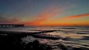 Puesta del sol en la costa de mar Báltico metrajes