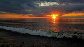 Puesta del sol en la costa de mar Báltico almacen de video