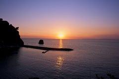Puesta del sol en la costa de mar en Italia Fotos de archivo