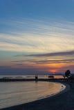 Puesta del sol en la costa del centro turístico mediterráneo Foto de archivo