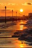 Puesta del sol en la costa en la ciudad de Saratov Imagenes de archivo