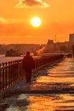 Puesta del sol en la costa en la ciudad de Saratov Imagen de archivo libre de regalías