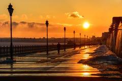 Puesta del sol en la costa en la ciudad de Saratov Foto de archivo