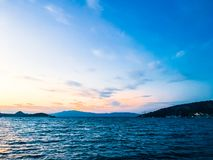 Puesta del sol en la costa, fondo hermoso de la opinión del mar imagen de archivo