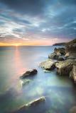 Puesta del sol en la costa italiana cerca de Trieste, Italia Foto de archivo